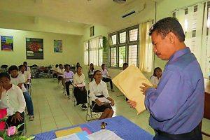 WR III, Drs. J. Madubun, M.Si., membuka amlop soal test Seleksi